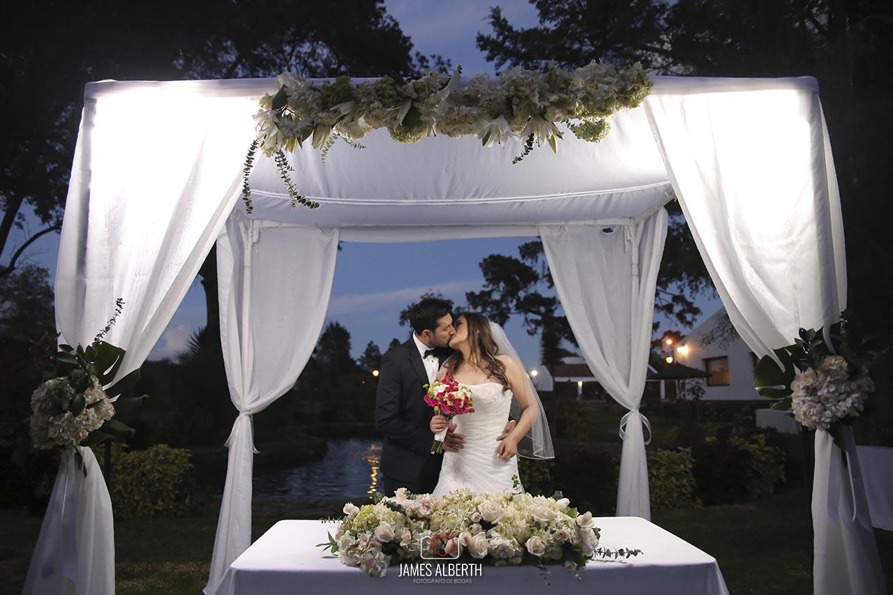 fotografo-de-bodas-james-alberth-fotografias-de-bodas-granja-los-pinos-chia-bodas-en-la-noche-fotografia-de-bodas-hermosas-bodas-campestres